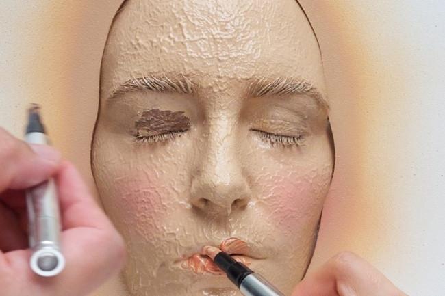 Aplicar cantidades excesivas de maquillaje