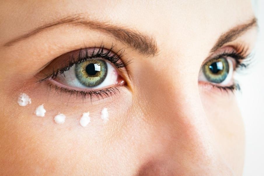El corrector de ojeras… ¿antes o después de la base de maquillaje?
