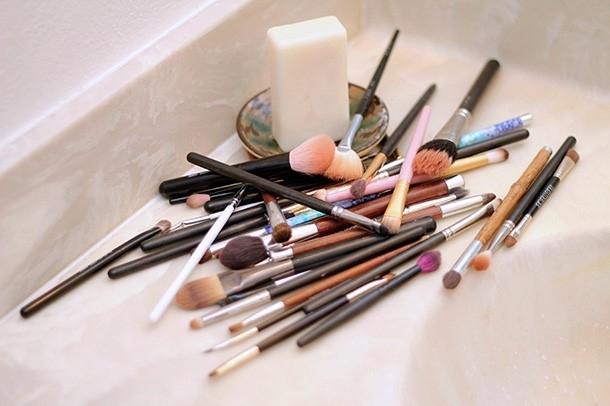 Emplear brochas y pinceles de mala calidad, o demasiado sucias