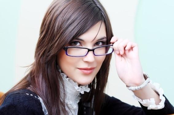 Maquillaje con gafas que agrandan el ojo