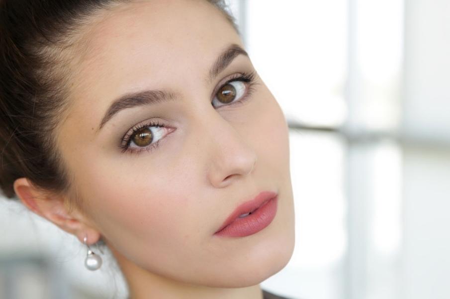 ¿Qué lleva un maquillaje natural?