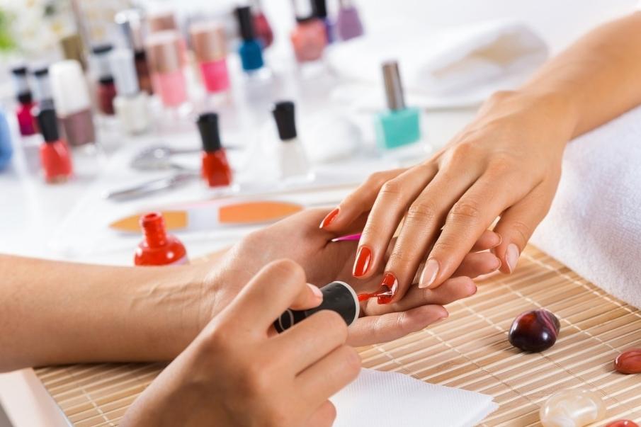 ¿Qué productos se emplean al pintarse la uñas?